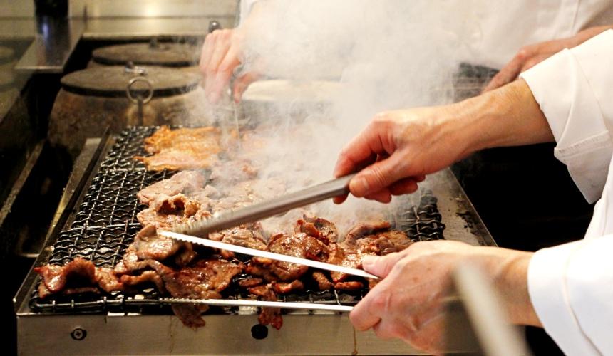 東北仙台師傅烤牛舌的過程
