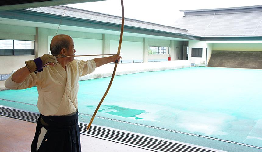 竹駒神社躬修殿指導拉弓的本鄉老師