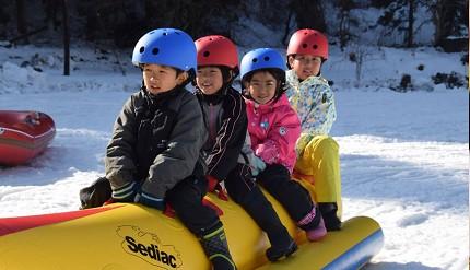卢之牧温泉雪上乐园里可以玩到的雪上香蕉船