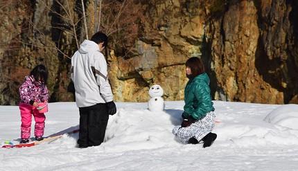 卢之牧温泉雪上乐园里小孩开心地体验堆雪人