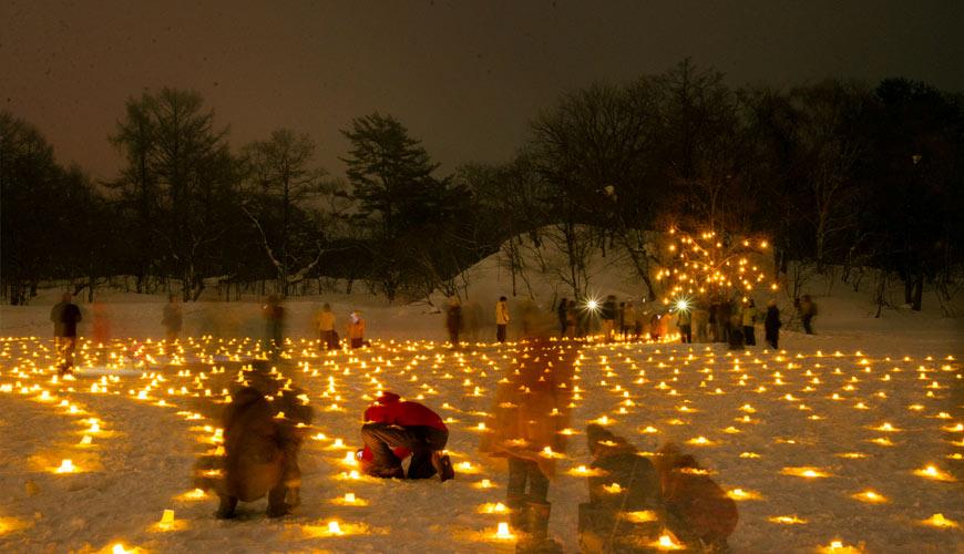 日本東北會津在凍結的沼澤上放上3,000顆蠟燭的光景