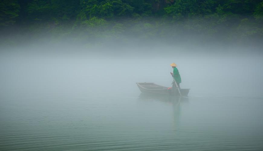 福岛县奥会津的雾幻峡的只见川上泛舟的人力小舟船家