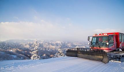 日本东北福岛会津高原的Takatsue滑雪场内可乘搭雪车登山顶近距离赏冬天才看到的树冰